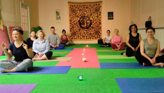 занятие-в-зале-йоги